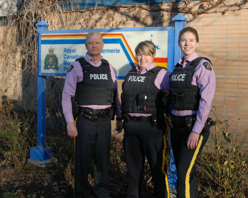 <who> Photo Credit: From L to R: Insp. Gord Stewart (Regional Operations Officer), Cst. Georgina Josefsson and Cst. Robyn Boffy (Kelowna RCMP School Liaison Officers).
