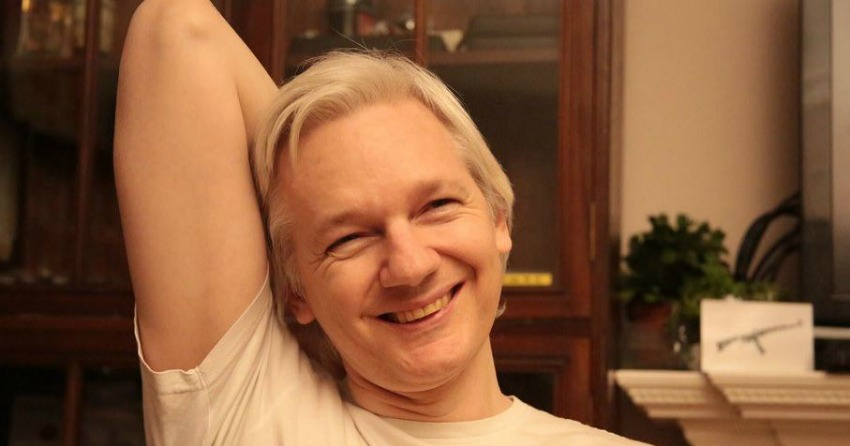 <who> Photo Credit: J.Assange Twitter.