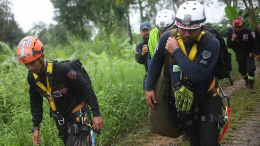 Parents pray for Thailand youth football team trapped in cave