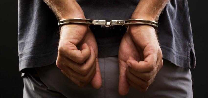 мужчина с наручниками фото