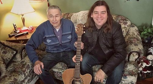 'It's what we do': Famous Newfoundlanders help replace veteran's stolen guitar